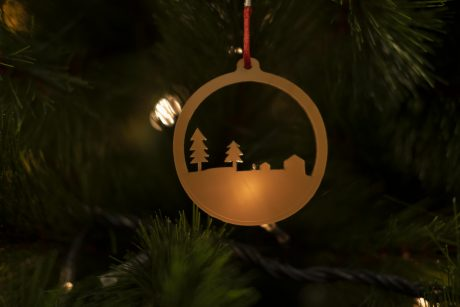 Una_pagina_en_blanco_-Arce_Rojo-Navidad-Bola redonda metacrilato dorado casitas y pinos