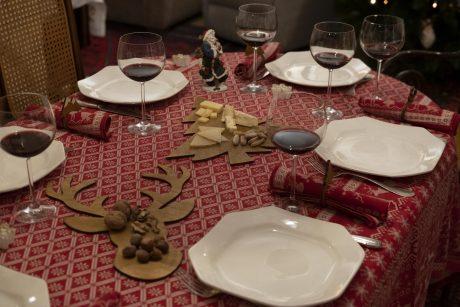 Una_pagina_en_blanco_-Arce_Rojo-Navidad-mesa navidad mantel rojo y platos centro madera pino y ciervo