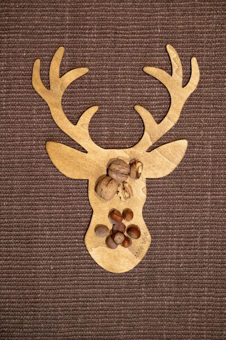Una_pagina_en_blanco_-Arce_Rojo-Navidad-plato de centro de madera ciervo con frutos secos y fondo de yute