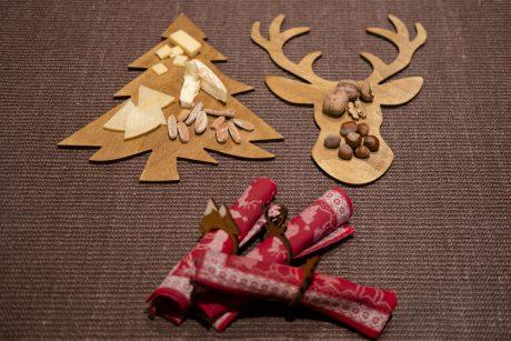 Una_pagina_en_blanco_-Arce_Rojo-Navidad-platos de centro de madera ciervo y pino con quesos y frutos secos y servilleteros maders de ciervo, montana y pino