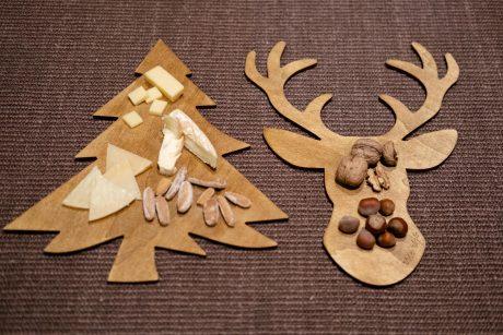 Una_pagina_en_blanco_-Arce_Rojo-Navidad-platos de centro madera pino y ciervo con quesos y frutos secos sobre fondo de yute