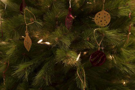 Una_pagina_en_blanco_-Arce_Rojo-Navidad.-detalle arbol
