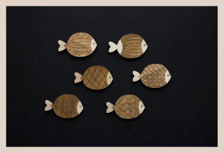 Una_Pagina_en_blanco_catalogo_AR_coleccion_temporada_verano_bajo_el_mar_broches_peces_oscuros