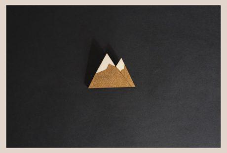 Una_Pagina_en_Blanco_Arce_Rojo-Broche_Iman Montañas Madera