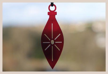 Una_Pagina_en_Blanco_catalogo_AR_coleccion_invierno_lifestyle_especial_Navidad_bolas metacrilato rojas fondo ventana