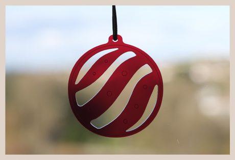 Una_Pagina_en_Blanco_catalogo_AR_coleccion_invierno_lifestyle_especial_Navidad_bolas metacrilato rojas fondo ventana_2