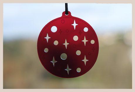 Una_Pagina_en_Blanco_catalogo_AR_coleccion_invierno_lifestyle_especial_Navidad_bolas metacrilato rojas fondo ventana_5