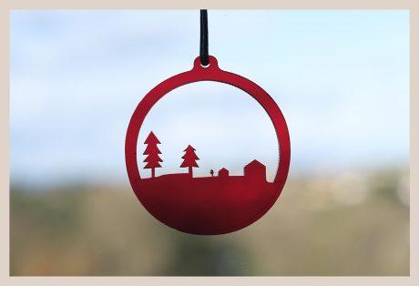 Una_Pagina_en_Blanco_catalogo_AR_coleccion_invierno_lifestyle_especial_Navidad_bolas metacrilato rojas fondo ventana_6