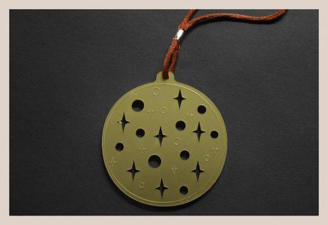 Una_pagina_en_blanco_-Arce_Rojo-Bola-Redonda-Dorada-Metacrilato-Lunares-y-Estrellas_Web